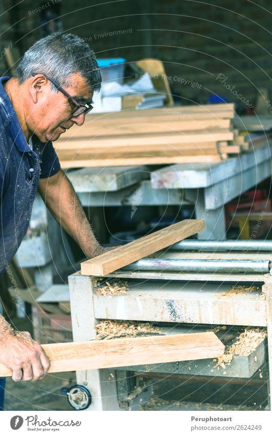 Zimmermann mit Bandschleifmaschine. Schreiner beim Schleifen eines Holzes kaufen Freizeit & Hobby Möbel Arbeit & Erwerbstätigkeit Büro Industrie Säge Mann