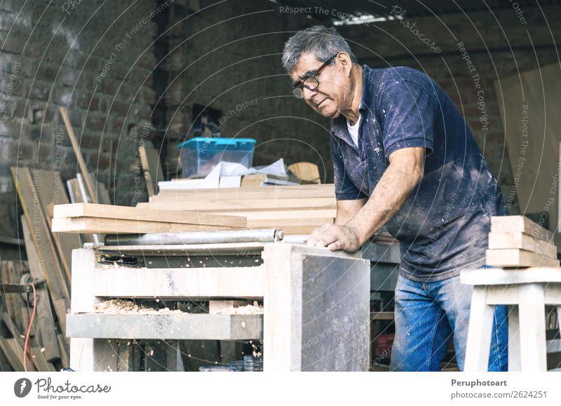 Schreiner mit Bandschleifmaschine kaufen Freizeit & Hobby Möbel Arbeit & Erwerbstätigkeit Büro Industrie Säge Mann Erwachsene Pflanze Spielzeug machen Holz