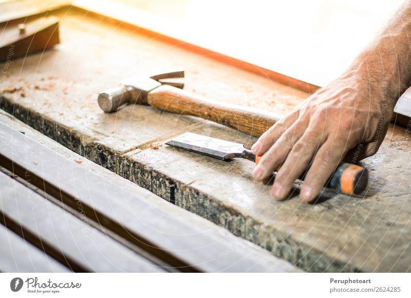 Schreiner, der mit einem Meißel und einem Hammer arbeitet. Freizeit & Hobby Möbel Arbeit & Erwerbstätigkeit Industrie Handwerk Werkzeug Mann Erwachsene Gebäude