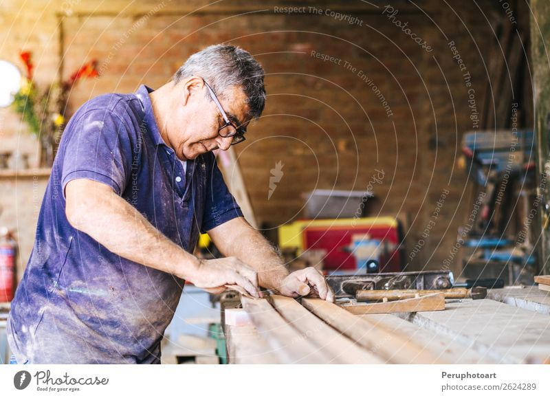 Professioneller Schreiner beim Schleifen und Reparieren von Holzoberflächen. Freizeit & Hobby Möbel Tisch Arbeit & Erwerbstätigkeit Beruf Industrie Handwerk