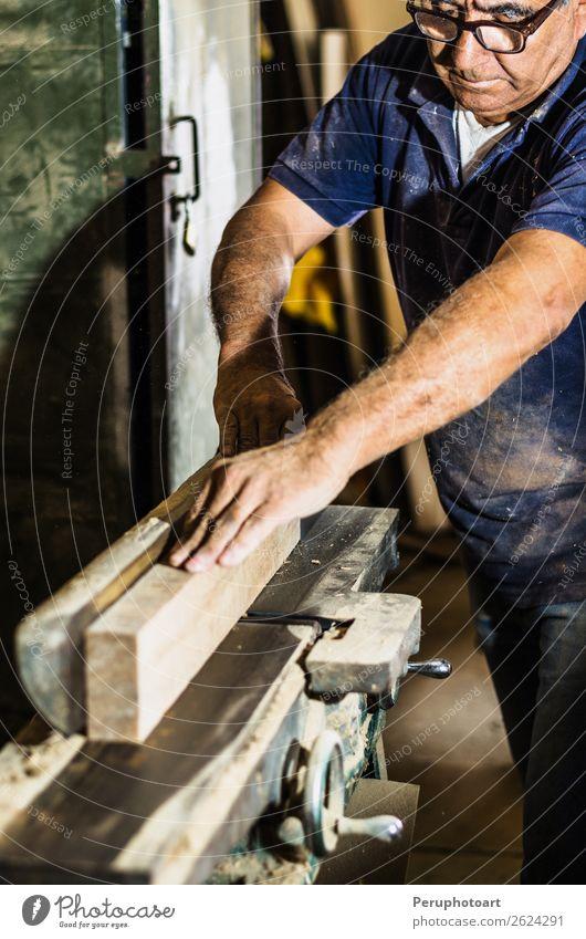 Schreiner mit Kreissäge, die eine Holzbohle schneidet. Tisch Arbeit & Erwerbstätigkeit Industrie Handwerk Werkzeug Säge Mensch Mann Erwachsene Zähne Metall