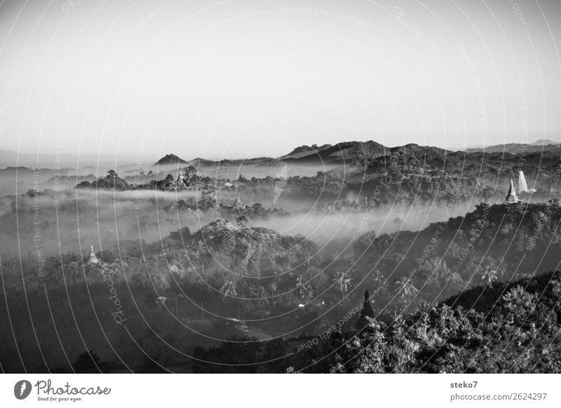 Tempel von Mrauk U im Morgengrauen Nebel Wald Hügel Myanmar Pagode exotisch Glaube mystisch Spiritualität Buddhismus Morgendämmerung Schwarzweißfoto