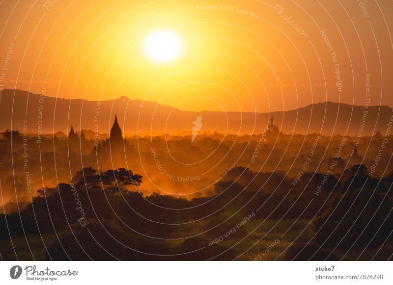 Sunset in Bagan Berge u. Gebirge Gebäude Pagode Sehenswürdigkeit außergewöhnlich gelb gold orange Glaube Horizont Ferien & Urlaub & Reisen Tourismus