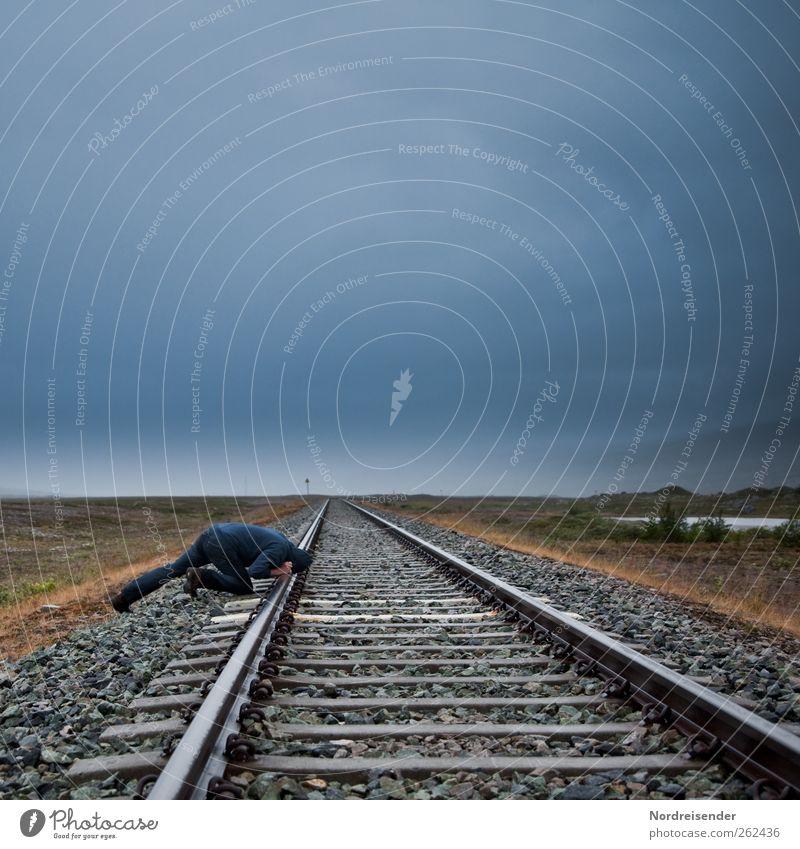 Sie sind gleich da.... Mensch Mann blau Einsamkeit Erwachsene Ferne dunkel Landschaft Freiheit Linie Regen braun maskulin Klima Verkehr Abenteuer