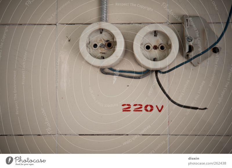 High Voltage alt Stadt Wand Mauer Energiewirtschaft Energie Elektrizität Schriftzeichen kaputt Kabel Technik & Technologie Vergänglichkeit Ziffern & Zahlen Kunststoff Zeichen Vergangenheit