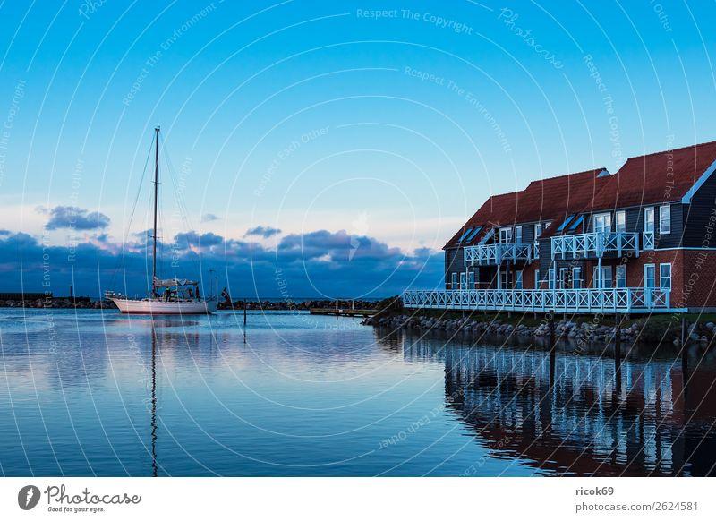 Blick auf den Hafen von Klintholm Havn in Dänemark Ferien & Urlaub & Reisen Natur blau Wasser Landschaft rot Haus Erholung Wolken Architektur Umwelt Küste