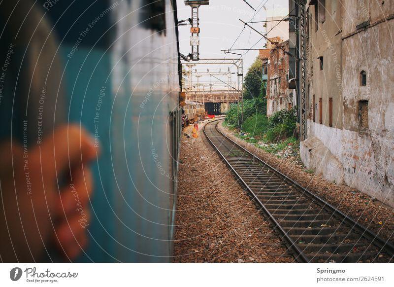absprung? Abenteuer feminin Junge Frau Jugendliche Hand 1 Mensch Bahnfahren Schienenverkehr Personenzug Gleise Zugabteil beobachten dreckig blau Coolness