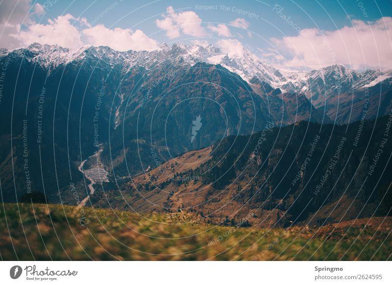 ein weiter Weg... Landschaft Wolken Gras Wiese Berge u. Gebirge Schneebedeckte Gipfel Gletscher bedrohlich Ferne gigantisch blau grün weiß Mut Abenteuer
