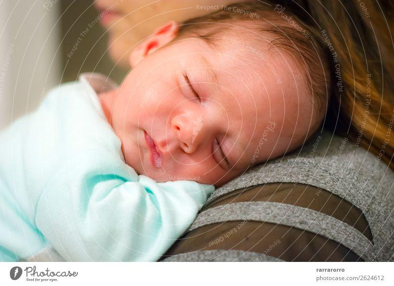 Baby schläft auf der Schulter seiner Mutter. Glück schön Gesicht Leben Kind Mensch Junge Frau Erwachsene Eltern Familie & Verwandtschaft Kindheit Liebe schlafen