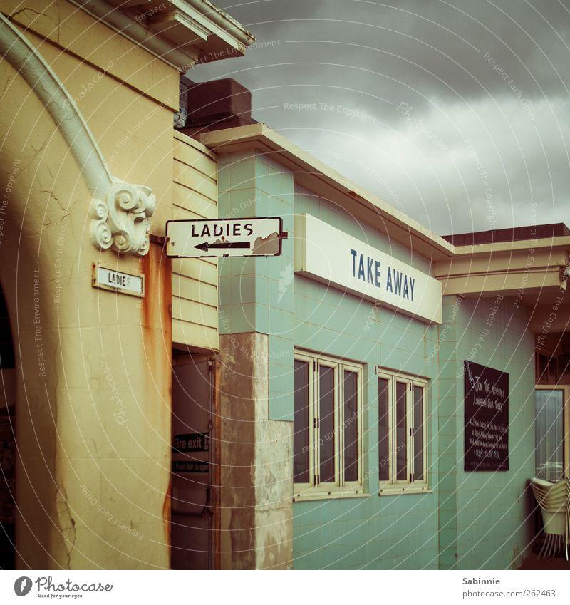 Währenddessen, weiter südlich... Himmel grün Ferien & Urlaub & Reisen Wolken Haus gelb Fenster Wand Architektur Mauer Gebäude Tür Fassade Schilder & Markierungen Reisefotografie Bauwerk