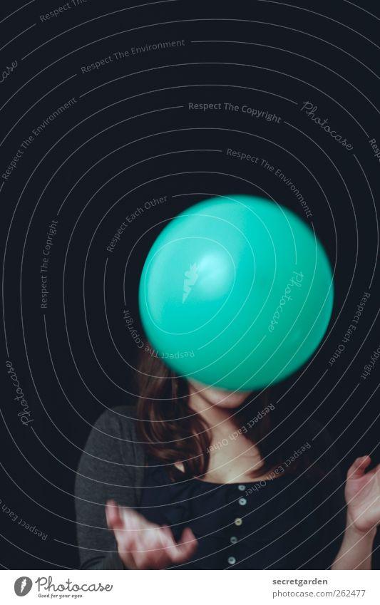 marla Mensch Jugendliche grün Freude schwarz Erwachsene dunkel feminin Haare & Frisuren Raum 18-30 Jahre Junge Frau Luftballon rund T-Shirt Konzentration