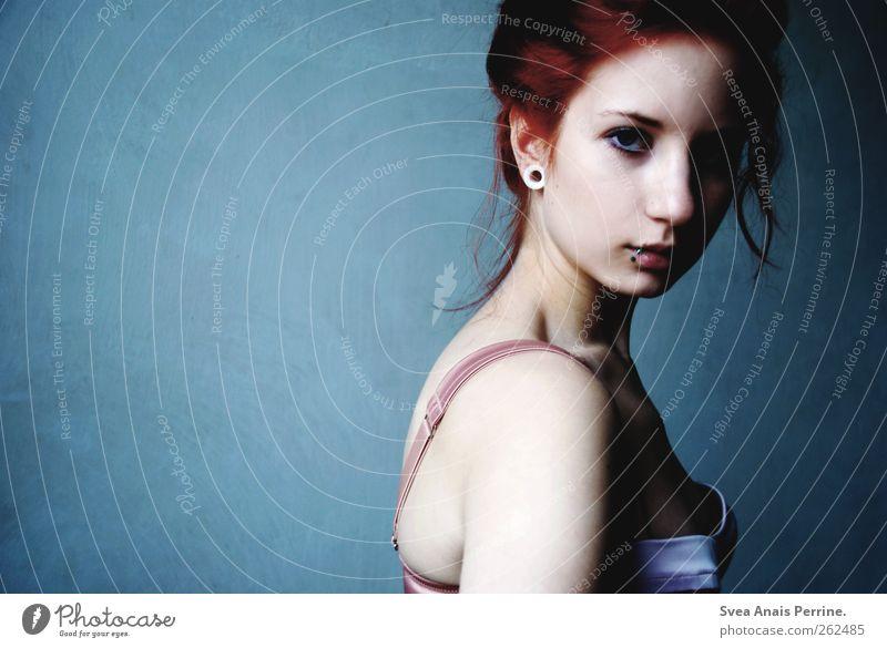 licht und schatten. feminin Junge Frau Jugendliche Haare & Frisuren Gesicht 1 Mensch 18-30 Jahre Erwachsene Mauer Wand Mode Unterwäsche BH rothaarig einzigartig