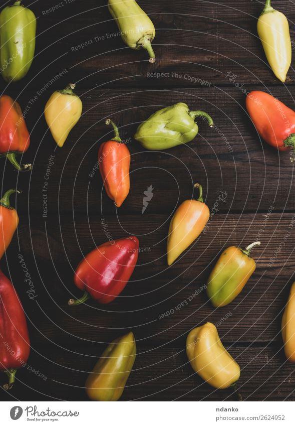 frische grüne, gelbe und rote Paprika Gemüse Tisch Küche Holz Essen braun Aussicht Top Konsistenz Bildung Lebensmittel Gesundheit Salatbeilage Farbfoto