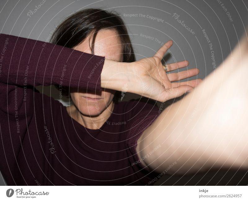 Blitz Lifestyle Frau Erwachsene Leben Gesicht Arme Hand 1 Mensch 30-45 Jahre 45-60 Jahre Pullover brünett langhaarig authentisch hell nah Gefühle Unlust Scham