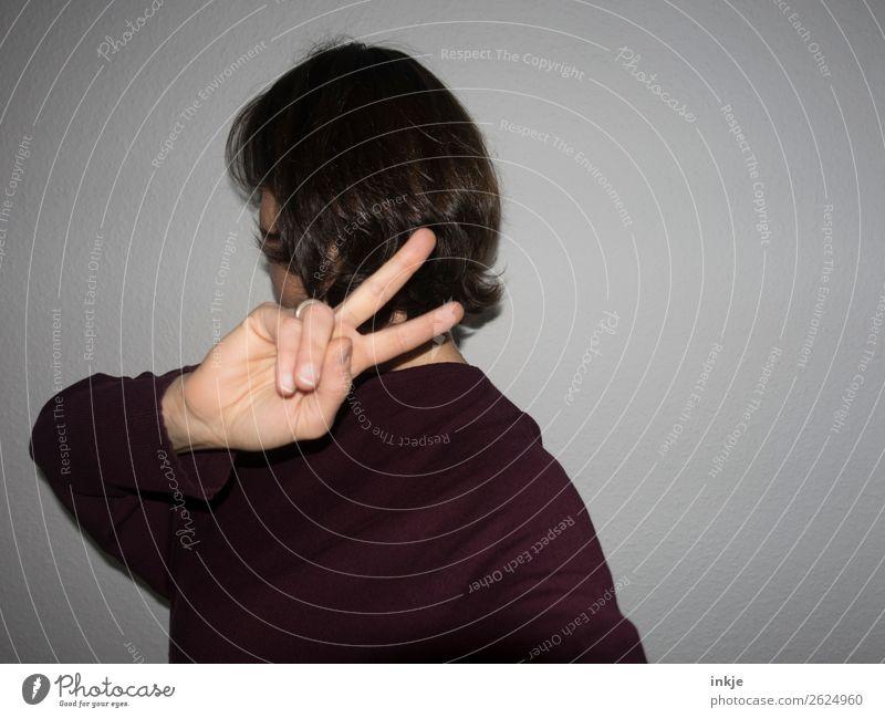 Blitz Frau Mensch Hand Lifestyle Erwachsene feminin Gefühle Freizeit & Hobby Kommunizieren Finger Coolness Zeichen Frieden machen drehen Scham