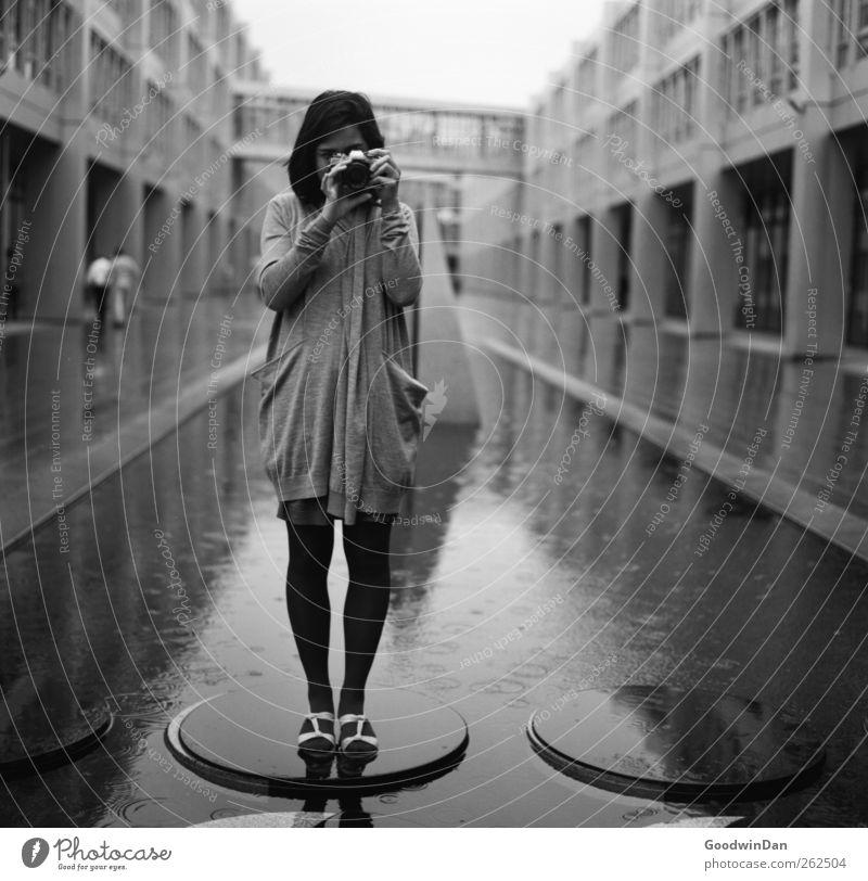 Back then. Mensch feminin Junge Frau Jugendliche Erwachsene 1 Stadt Stadtzentrum bevölkert Haus Industrieanlage Brücke Bauwerk Architektur Mauer Wand Fassade