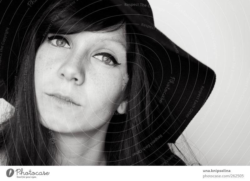 hm... Schminke feminin Junge Frau Jugendliche Erwachsene 1 Mensch 18-30 Jahre Mode Accessoire Hut Filzhüte Schlapphut brünett langhaarig Denken träumen elegant