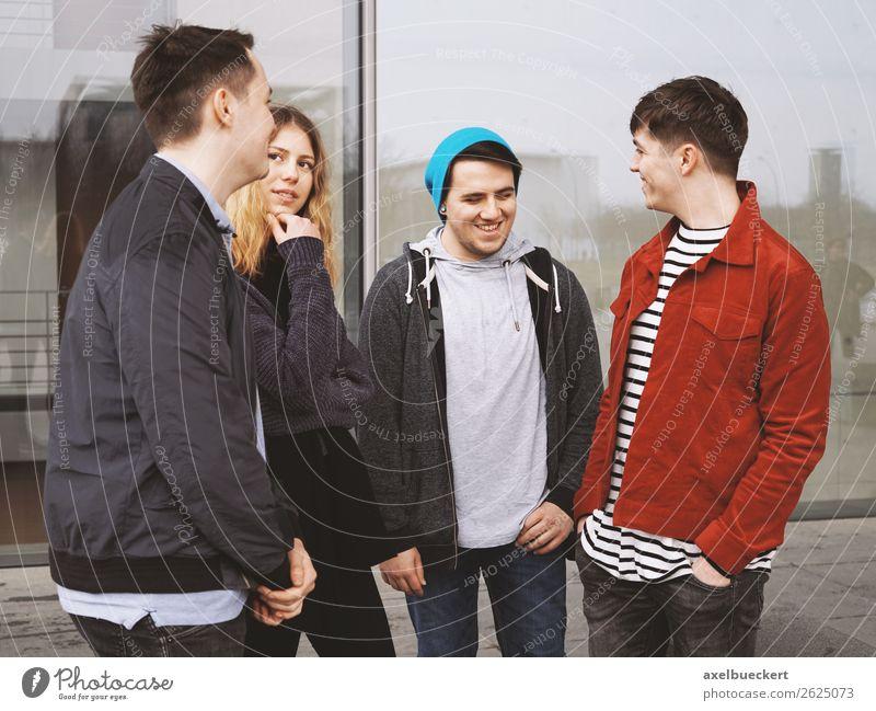 Gruppe jugendlicher Freunde reden und lachen zusammen Frau Mensch Jugendliche Mann Junge Frau Junger Mann Freude 18-30 Jahre Lifestyle Erwachsene sprechen