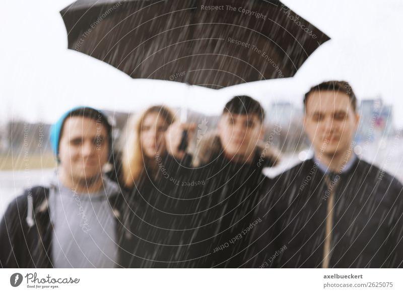 Freunde im Regen - defokussiert Lifestyle Mensch Junge Frau Jugendliche Junger Mann Erwachsene 4 Menschengruppe 13-18 Jahre 18-30 Jahre Wetter schlechtes Wetter