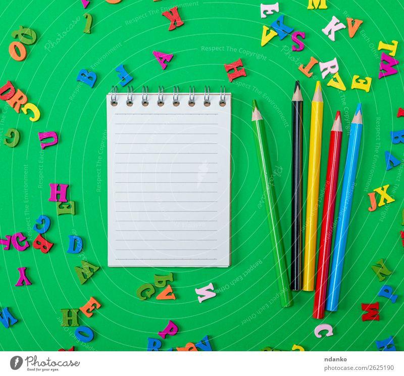offenes Notizbuch mit leeren weißen Blättern Tisch Schule Schulkind Büro Business Kindheit Buch Papier Spielzeug Holz oben Sauberkeit gelb grün rot Farbe Idee