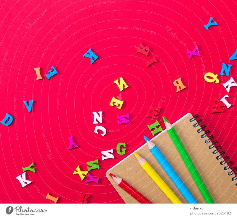 Notizbuch und mehrfarbige Holzstifte Bildung Schule lernen Büro Business Gemälde Buch Papier Schreibstift oben gelb rot weiß Farbe Freude