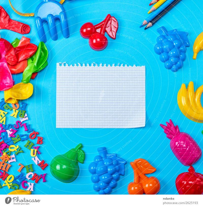 leeres weißes Blatt aus dem Notizblock gerissen Frucht Tisch Kind Schule lernen Büro Papier Zettel Schreibstift Spielzeug Luftballon Holz Kunststoff schreiben