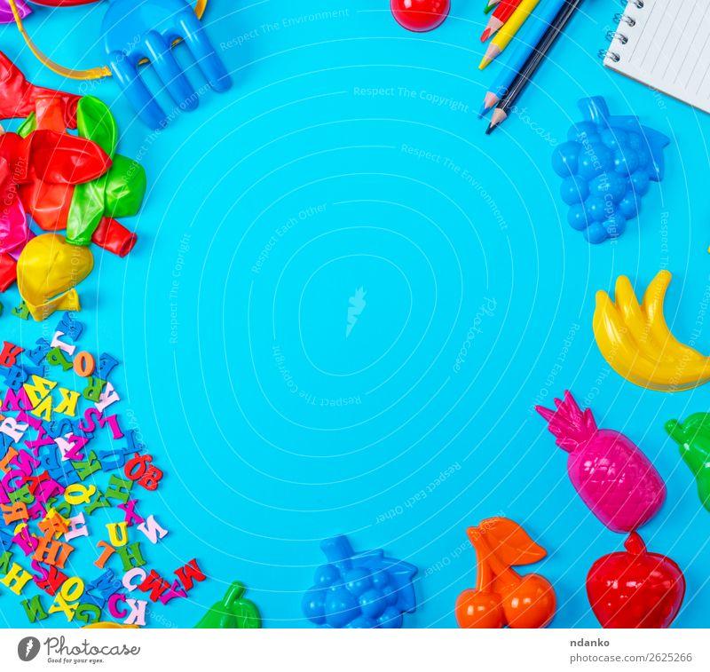 Blauer Hintergrund mit Plastikspielzeug für Kinder Spielen Schule Business Papier Schreibstift Spielzeug Luftballon Holz Kunststoff oben Sauberkeit gelb rot