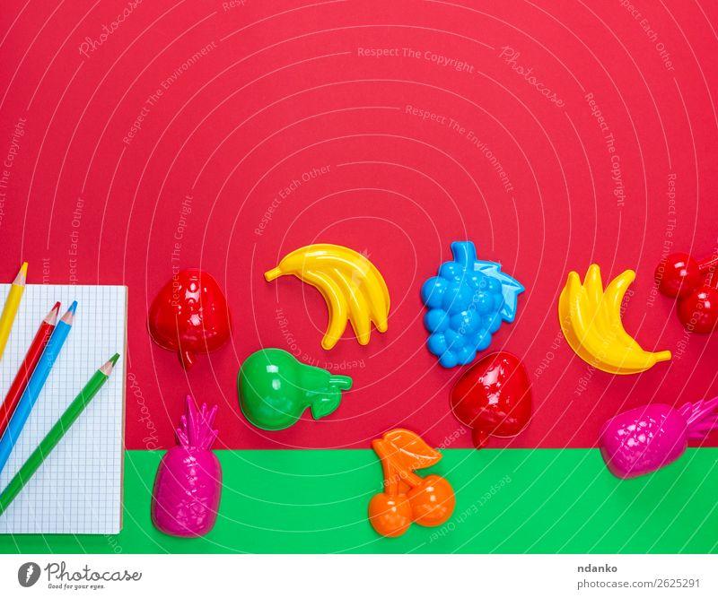 Notizbuch mit leeren weißen Blättern und mehrfarbigen Holzstiften Schule Büro Business Buch Papier Schreibstift Spielzeug Kunststoff lernen oben Sauberkeit gelb