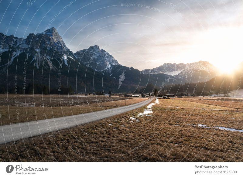 Sonnenuntergang über Bergen und Dorf Ferien & Urlaub & Reisen Winter Schnee Berge u. Gebirge Natur Landschaft Wetter Wiese Alpen Gipfel Straße weiß alpin