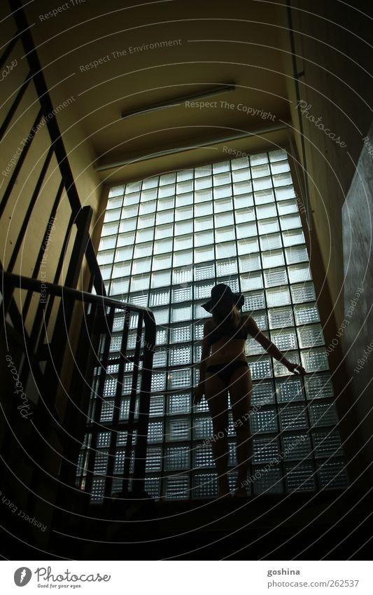 Schattenspiel Mensch Jugendliche schön Haus Erwachsene dunkel Fenster feminin Bewegung Treppe ästhetisch 18-30 Jahre Junge Frau berühren Fabrik dünn