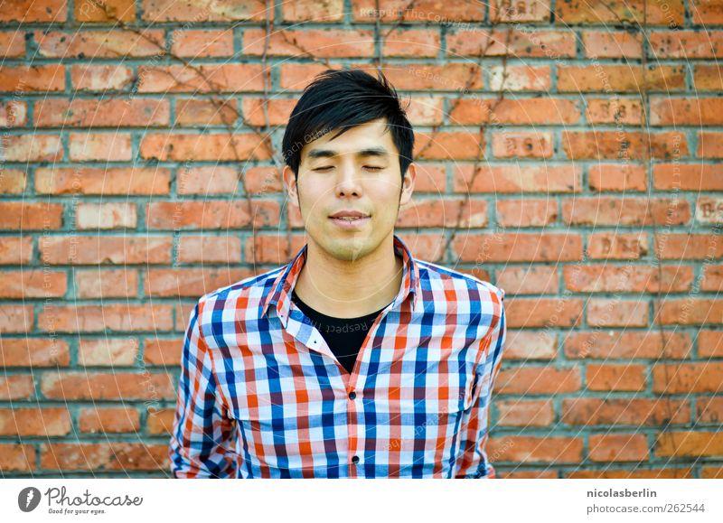 Montags Portrait 14 maskulin Junger Mann Jugendliche Mensch 18-30 Jahre Erwachsene Mauer Wand Hemd schwarzhaarig Denken lachen warten weinen Coolness trendy
