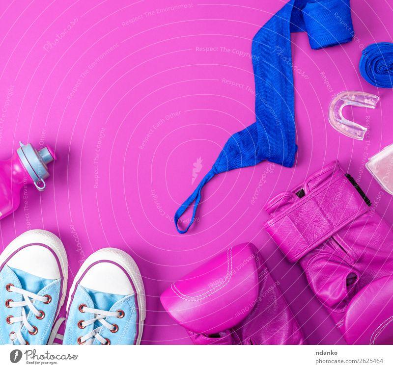 lederrosa Boxhandschuhe, eine blaue Textilbinde Flasche Lifestyle Fitness Sport Handschuhe Schuhe Turnschuh trendy modern oben Schutz Farbe Konkurrenz