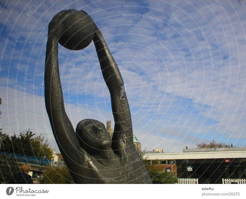 Am Elbufer Magdeburg Himmel Wolken Kunst Arme Freizeit & Hobby Statue Bronze
