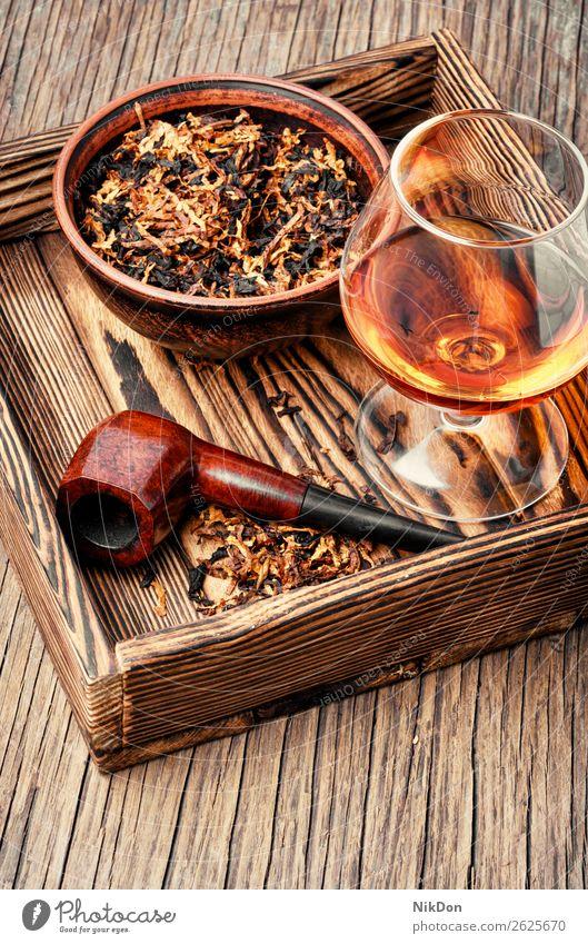 Tabakspfeife und Whisky Röhren Rauch Nikotin Sucht braun altehrwürdig Raucherin klassisch Alkohol trinken Cognac Glas Weinbrand Scotch Schnaps Whiskey Getränk