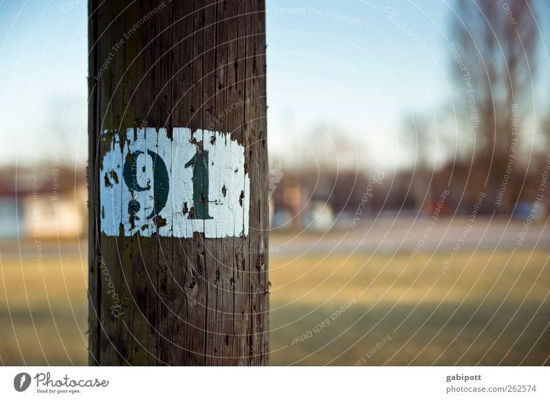 91 Stadtrand Laternenpfahl Holz Zeichen Schriftzeichen Ziffern & Zahlen Schilder & Markierungen Hinweisschild Warnschild alt exotisch retro rund blau braun