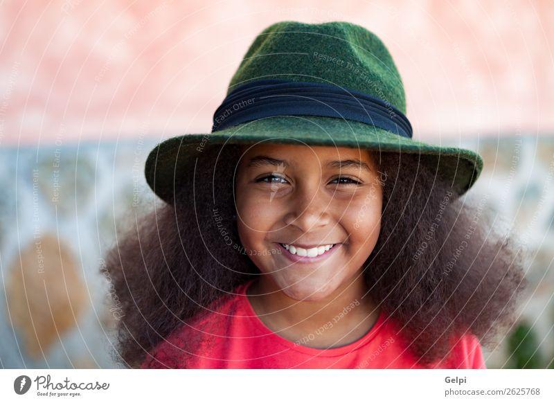 Hübsches Mädchen mit langem Afrohaar. elegant Glück schön Gesicht Winter Garten Kind Mensch Frau Erwachsene Kindheit Park Mode Hut brünett Afro-Look Lächeln