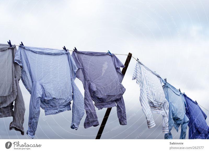 Angeleint II Himmel blau weiß Wolken Wind Häusliches Leben Bekleidung T-Shirt Hemd Wäsche waschen hängen wehen trocknen Wäscheleine Wäscheklammern