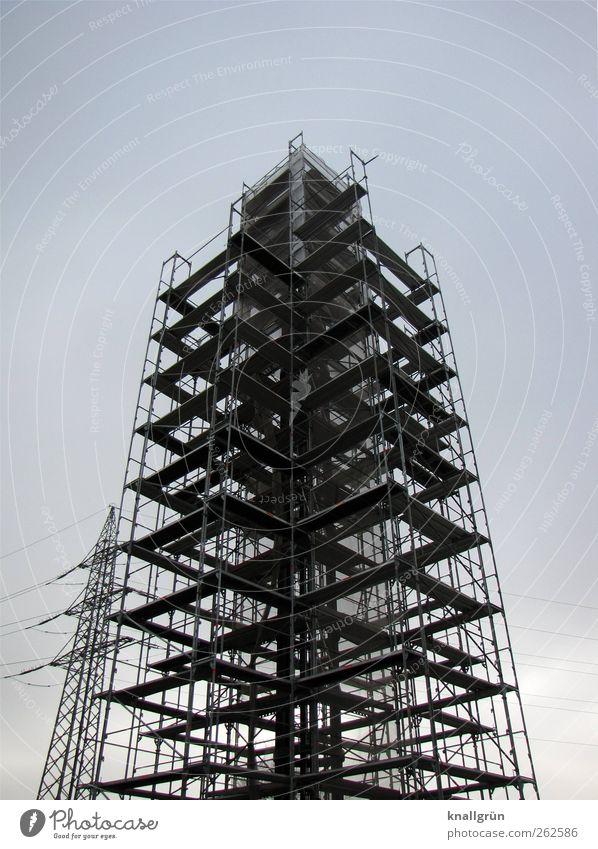 Gut gerüstet Technik & Technologie Energiewirtschaft Strommast Architektur Turm Holz Metall bauen stehen eckig groß hoch blau schwarz Sicherheit Schutz Wachstum