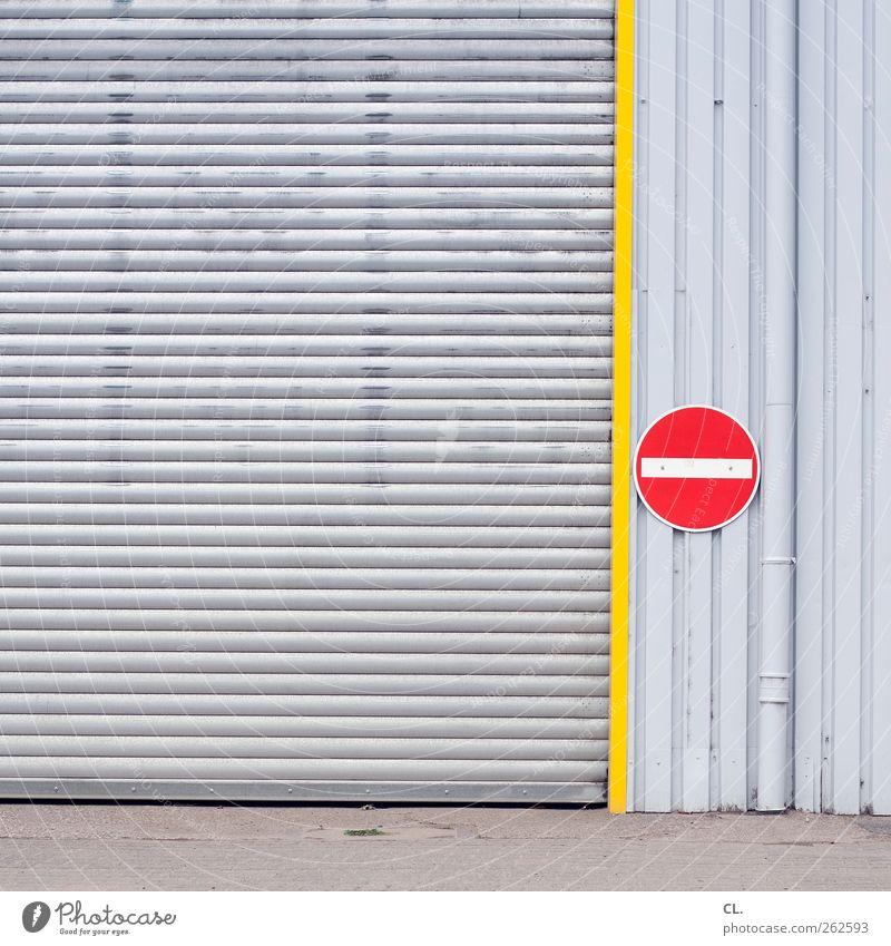 |- Menschenleer Industrieanlage Fabrik Gebäude Mauer Wand Fassade Verkehr stagnierend Einfahrt Tor geschlossen Schilder & Markierungen Verkehrsschild Verbote