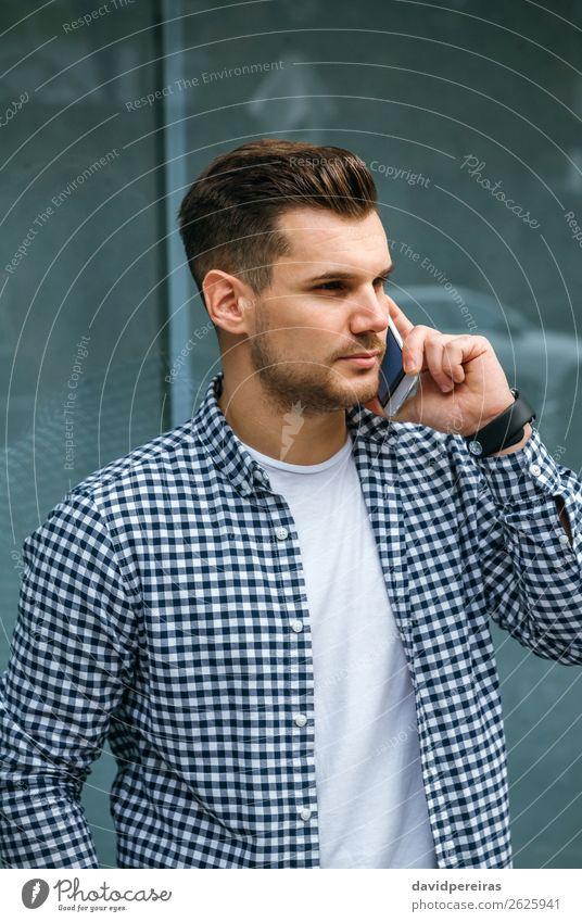 Junger Mann spricht auf dem Handy Lifestyle Haare & Frisuren Freizeit & Hobby sprechen Telefon PDA Technik & Technologie Mensch Erwachsene T-Shirt Vollbart