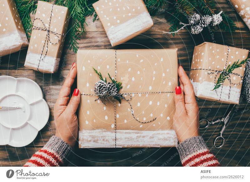 Weihnachtsgeschenke auf raffinierte Weise verpacken Handarbeit Schnee Dekoration & Verzierung Weihnachten & Advent Handwerk Schere Frau Erwachsene Pullover