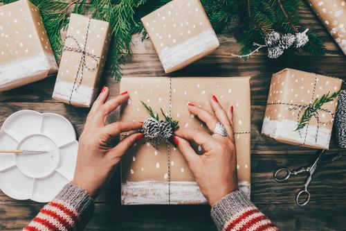 Handwerkliche Weihnachtsgeschenke Handarbeit Schnee Dekoration & Verzierung Weihnachten & Advent Schere Frau Erwachsene Pullover Papier Paket Holz Schnur