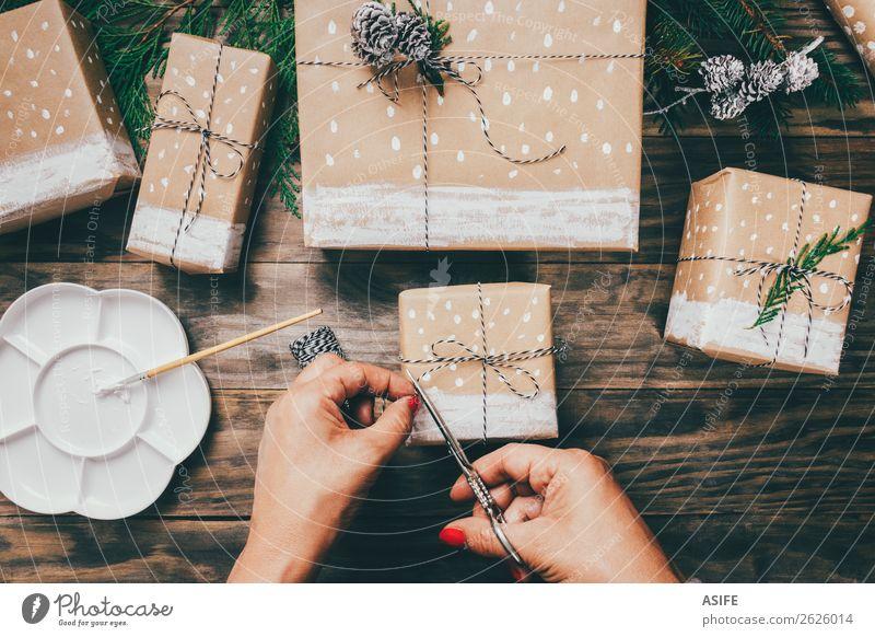 Weihnachtsgeschenke einpacken Handarbeit Schnee Dekoration & Verzierung Weihnachten & Advent Handwerk Schere Frau Erwachsene Papier Paket Holz Schnur einfach