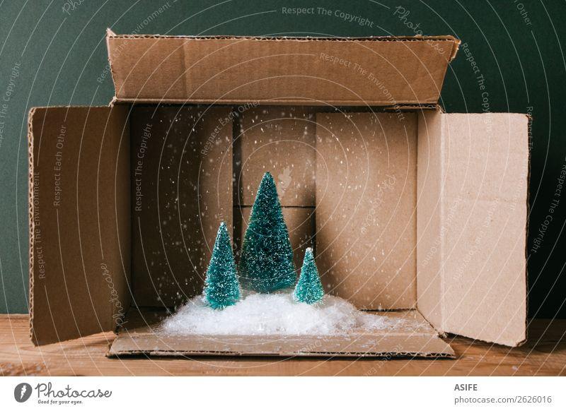Weihnachten & Advent grün Baum Winter Holz lustig Schnee Feste & Feiern Textfreiraum braun Schneefall Dekoration & Verzierung offen Geschenk Symbole & Metaphern