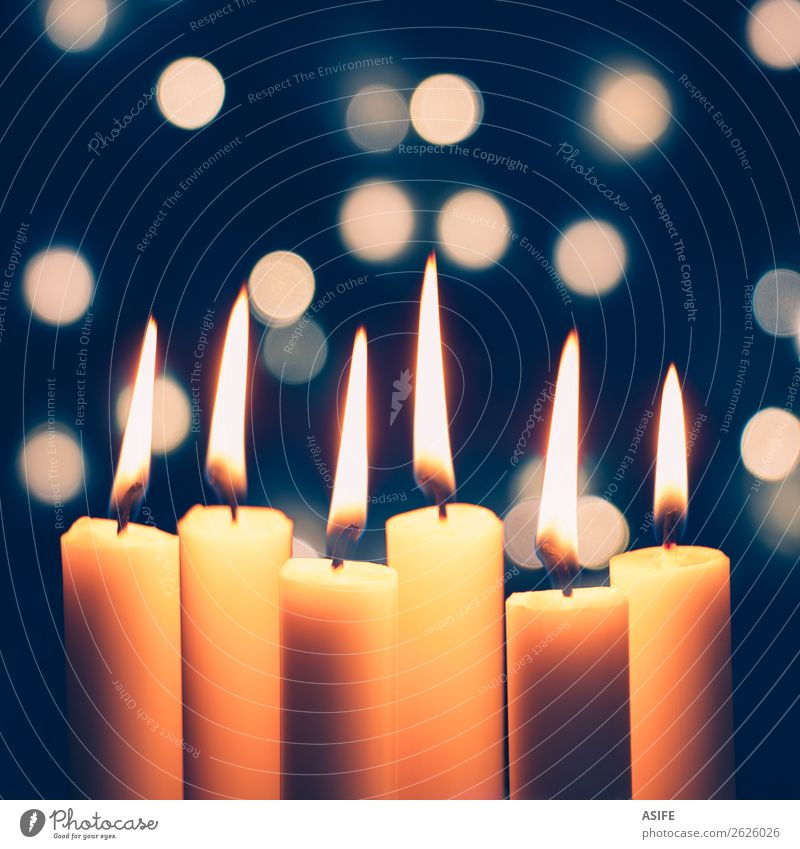 Weihnachtskerzen und Lichter Bokeh Feste & Feiern Weihnachten & Advent Menschengruppe Wärme Kerze glänzend dunkel dünn groß hell lang blau gelb weiß Flamme