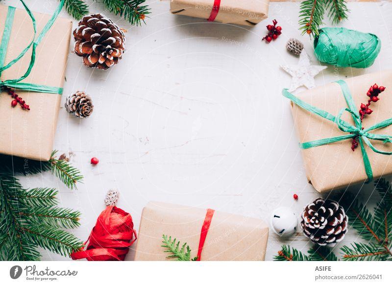 Natur Weihnachten & Advent grün weiß rot Baum Winter Holz Textfreiraum oben Dekoration & Verzierung Tisch Geschenk Papier Schnur Jahreszeiten