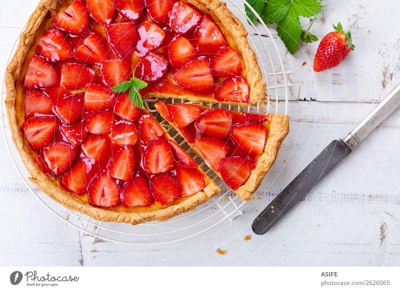 Hausgemachte Erdbeertorte Käse Frucht Dessert Besteck Sommer Tisch Blatt Holz frisch rot weiß Erdbeeren Torte Backwaren Blätterteig Portion Kuchen gebastelt