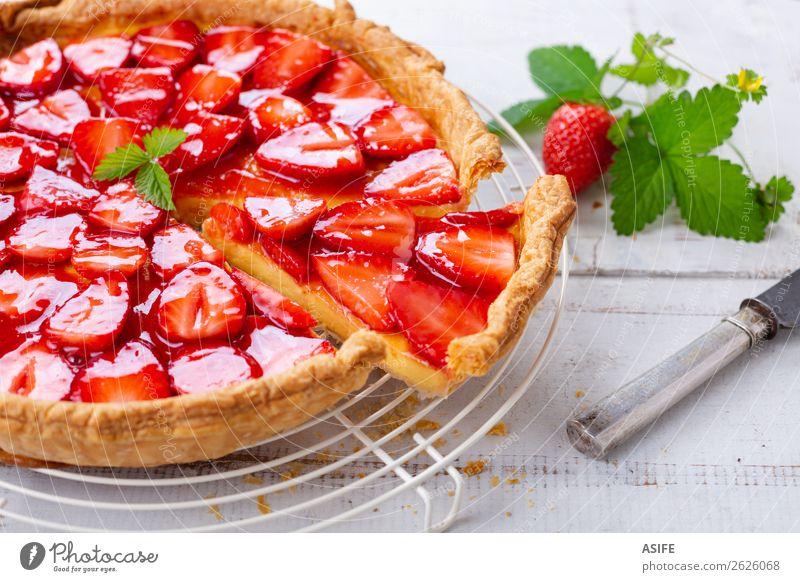 Erdbeer-Torte Käse Frucht Dessert Besteck Sommer Tisch Blatt Holz frisch rot weiß Erdbeeren Backwaren Blätterteig Portion Kuchen gebastelt Pasteten Kruste Sahne