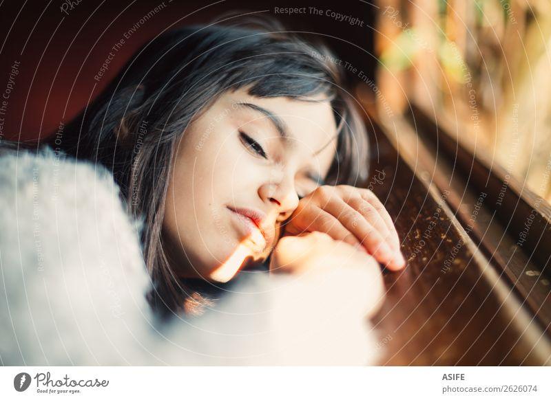 Sonnenkuss schön Winter Kind Kindheit Herbst Wärme brünett beobachten Lächeln träumen klein niedlich braun Gefühle Einsamkeit Mädchen 8 Jahre Fenster hübsch