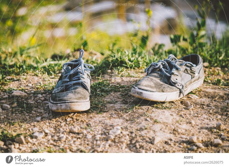 Alte Turnschuhe verlassen Sommer Sonne Natur Frühling Herbst Gras Mode Bekleidung Schuhe Stein alt dreckig blau grau gebrochen abgenutzt Verlassen Boden zwei